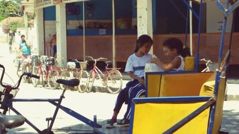 Ecolières attendant leur père dans son taxi