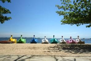 Pédalos alignés sur une plage de Paqueta