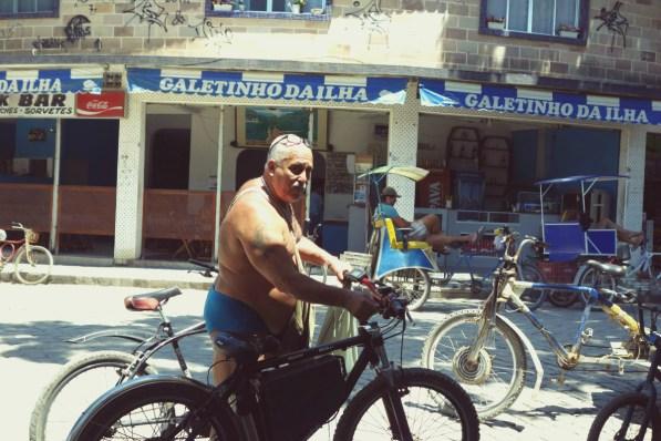 Monsieur Le-gros-tatoué-en-slip de bain