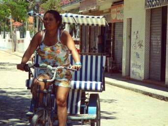 Une femme éco-taxi