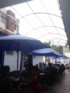 La terrasse du café gourmet avec au dessus, la verrière cassée.