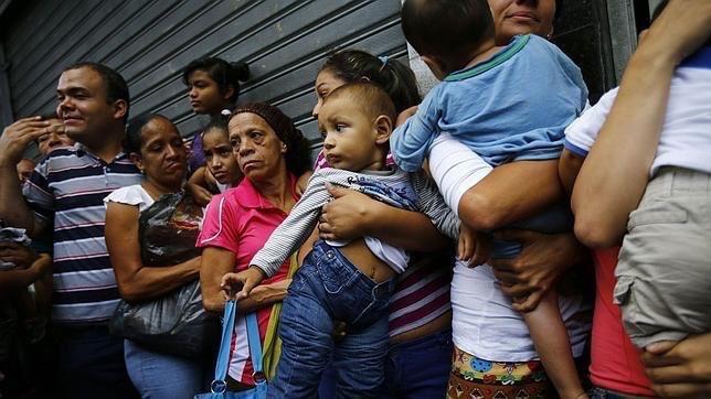 Des femmes faisant la queue pour acheter des couches pour leurs enfants.