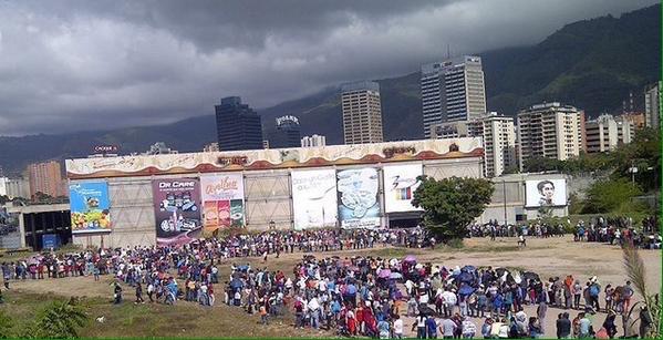 Des vénézuéliens faisant la queue devant un supermarché. © Carlos