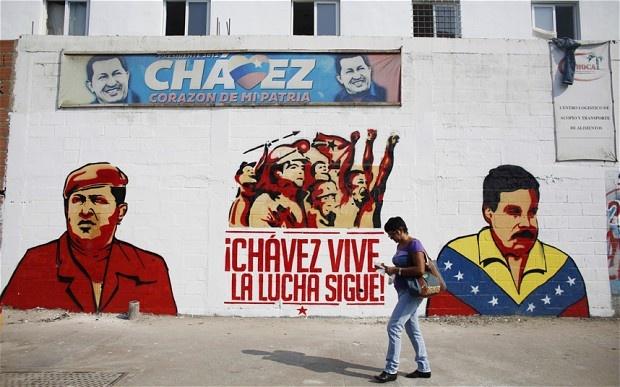 """Graffiti représentant Chavez et Maduro avec le slogan : """"Chavez vit, la lutte continue."""""""