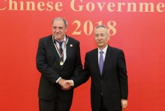 Torben Mogensen faar overrakt prisen Foreign Expert Friendsship Award