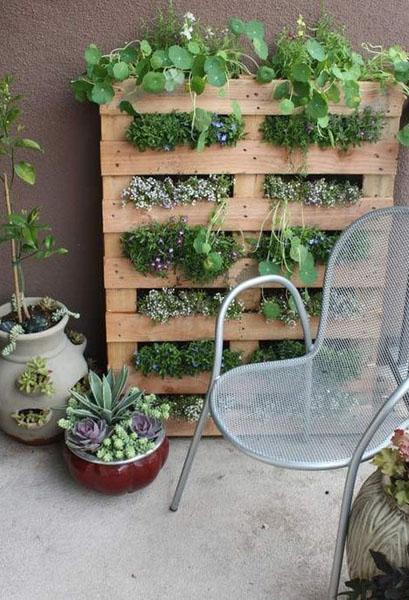 Έξυπνες ιδέες μπαλκονιού με έπιπλα και γλάστρες για εξοικονόμηση χώρου13