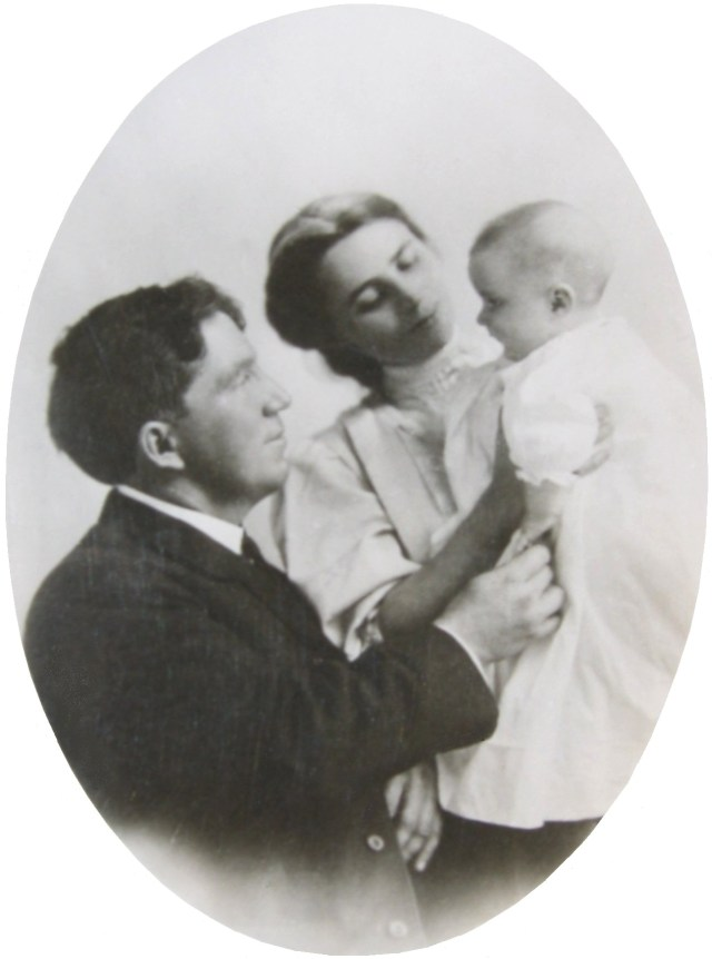 Frederick (Fred) and Fanny Y. Cory Cooney hold Agnes Sayre Cooney (married, Dodgson)
