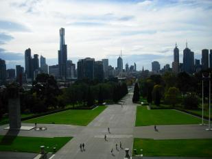 Sehenswürdigkeiten Melbourne: Aussicht auf die Skyline vom Shrine of Rememberance