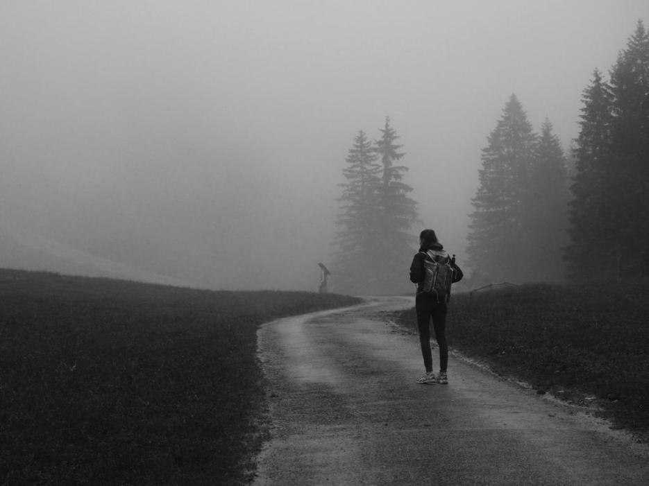 Schwarz-weiß Bild im Nebel