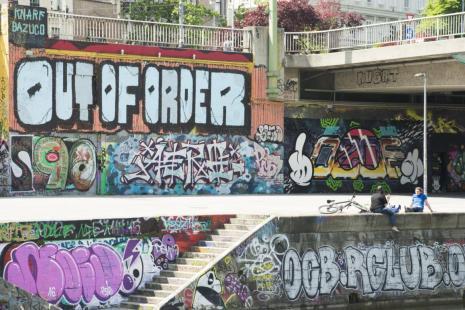 wien tipps: bunte graffitis am donaukanal