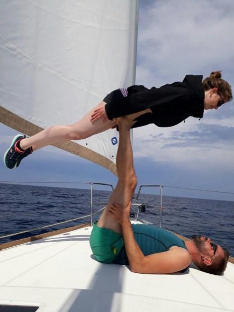 acro-yoga an bord der soul sailing crew