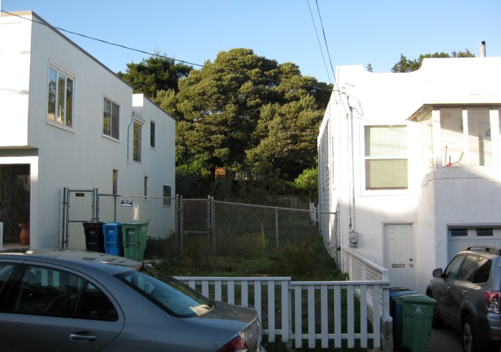 Fenced off sewer lot 3088/18 belonging to the City. Between 570 and 564 Joost Ave. Photo: Amy O'Hair, Nov 2015