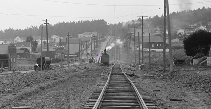 1917 photo showing Monterey Blvd near Edna Street (streetcar track being re-laid). Spot where get-away car seen marked with purple dot. Cropped from photo U05832 courtesy SFMTA: http://sfmta.photoshelter.com/