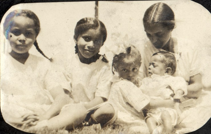 1922c. (L to R) Marian Hinds, Eleanor Hinds, Bertha Reid, Irma Reid, and Donald Reid. Location unknown. Courtesy Charles Reid/Ivy Reid Collection.