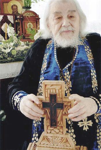 Отец Иоанн с крестом