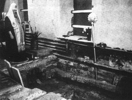 Святейший Алексий II у могилы святителя Тихона при обретении мощей