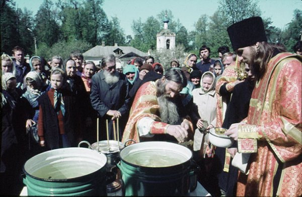 Старец Илий и отец Василий (Росляков) на молебне Оптиной.