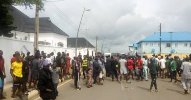 Youths protest EFCC's 'raid' on Ambode's residence (PHOTOS)