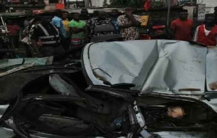 Just in: At Onitsha, Container falls on a car, victims injured.