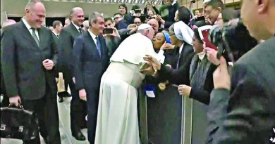 Viral video of Pope Francis kissing Nun in Rome, a week after slapping a woman