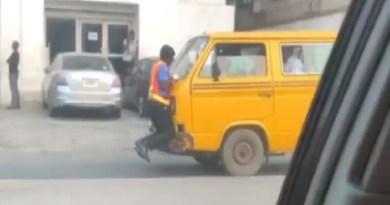 Viral video of policeman hangs to Danfo's bonnet as driver speeds off in Lagos