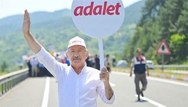 Protestocular Türkiye yollarında Erdoğan'ın tasfiyelerini kınamak için yürüyor