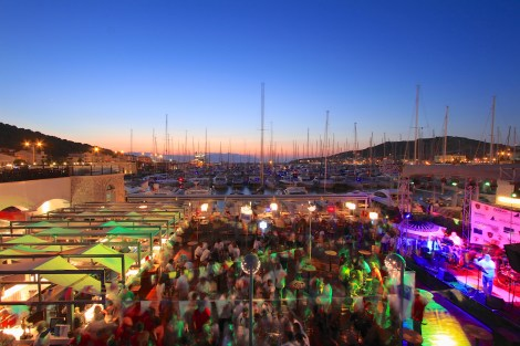 You'll be spoiled for choice at Çeşme Marina. At night it bursts into life and a vibrant, fun atmosphere pervades the restaurants, cafes and bars along the promenade