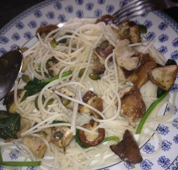 Rice spaghetti with spinach and wild mushrooms