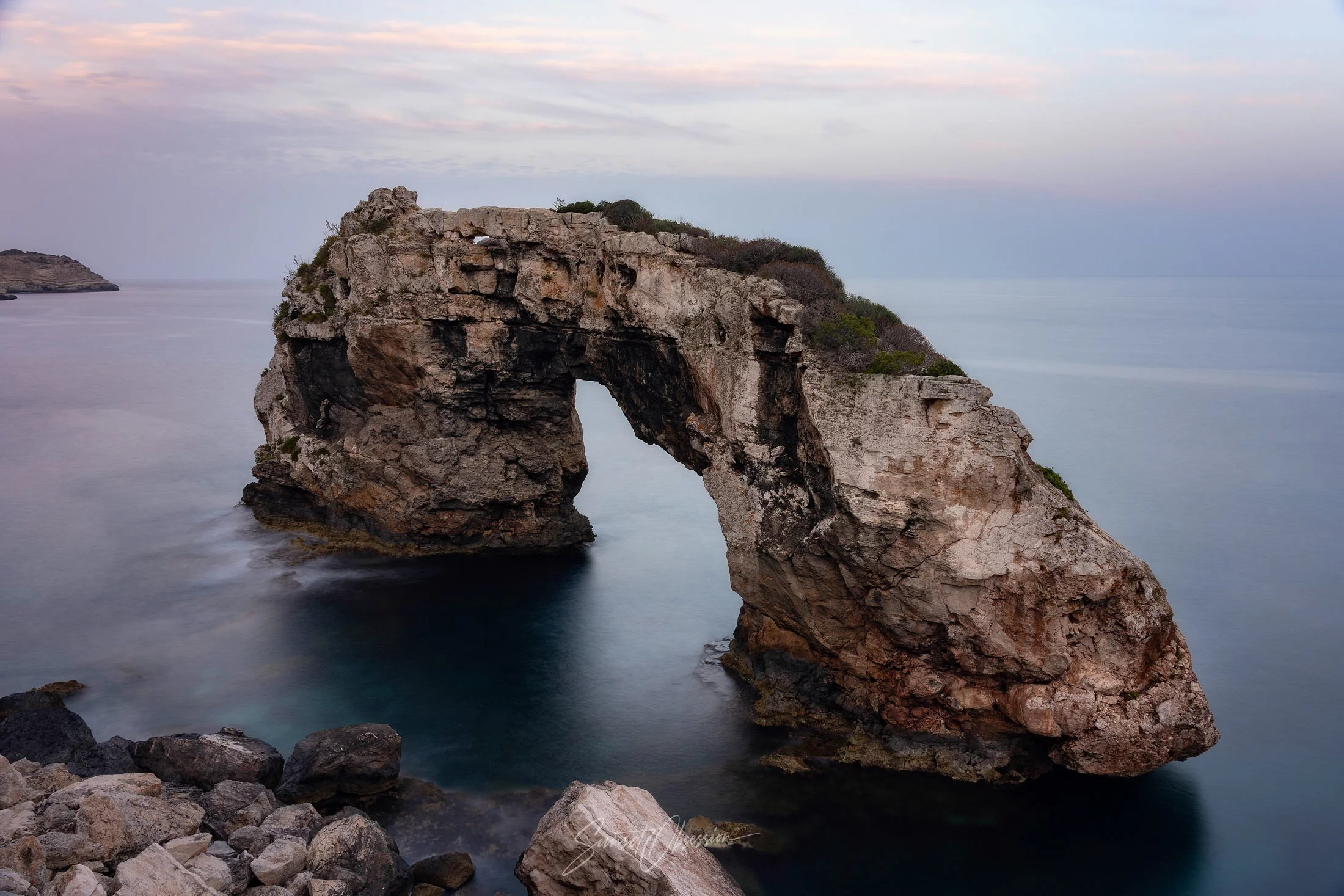 Es Pontas natural arch is a beloved photo spot in Mallorca for many photographers