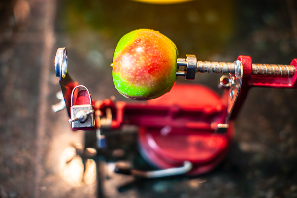 apple set up in a table top apple peeler