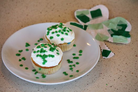 surprise inside st. patrick's day cupcakes | sunshineandholly.com