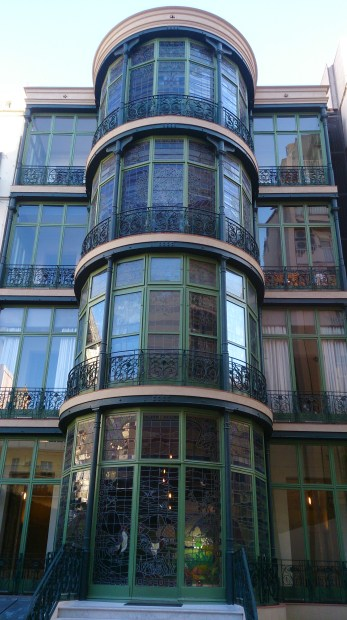 The first house in the world to have a facade made entirely of glass