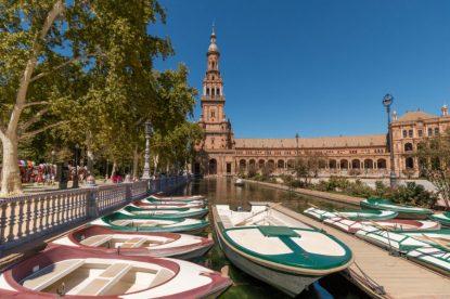 Boats docked up around the plaza de espana