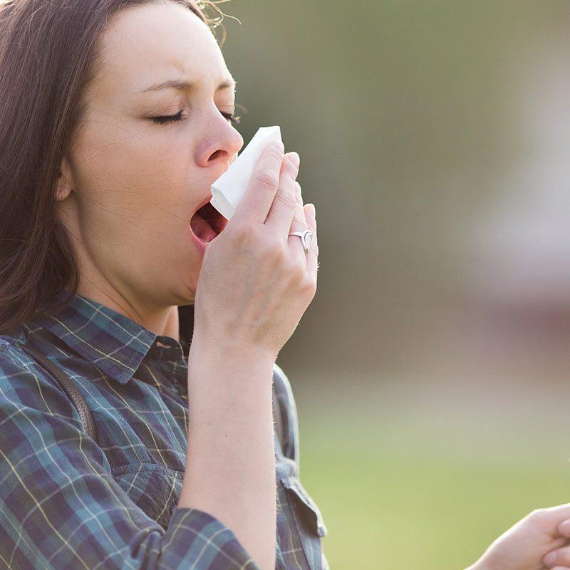 femeie care stranuta, alergii