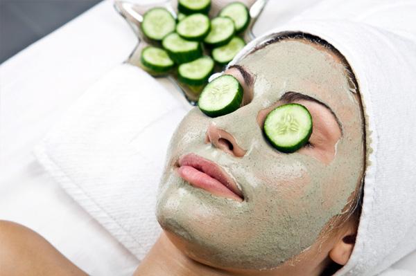 castravete, cosmetica, masca cu castraveti, femeie cu masca pe fata, castraveti pe ochi, tratament cuperoza