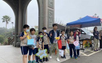 行動勸募的小小兵由康橋國際學校三年三班導師林文遠帶領(中)。