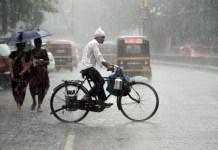 અમદાવાદ, તા. ૨૧ સૌરાષ્ટ્ર અને દક્ષિણ ગુજરાતમાં મેઘમહેર યથાવતરીતે જારી રહી છે. કેટલાક ભાગોમાં ત્રણ ઇંચ સુધીનો વરસાદ થયો છે. કચ્છના અબડાસા નજીક વિજળી પડતા એકનું મોત થયું છે. વરસાદી માહોલ અકબંધ રહેતા ખેડૂત સમુદાયમાં ખુશીનું મોજુ ફરી વળ્યું છે. બીજી બાજુ હવામાન વિભાગ તરફથી દક્ષિણ ગુજરાત અને સૌરાષ્ટ્રના જુદા જુદા ભાગોમાં અતિ ભારે વરસાદની ચેતવણી જારી કરવામાં આવી છે. દક્ષિણ ગુજરાતમાં સુરત, તાપી, નવસારી, ડાંગ, વલસાડ, દાદરા નગર હવેલીમાં ભારે વરસાદની ચેતવણી જારી કરવામાં આવી છે. સૌરાષ્ટ્રના કેટલાક ભાગોમાં પણ અતિભારે વરાસદની ચેતવણી જારી કરવામાં આવી છે. આજે સૌરાષ્ટ્ર અને દક્ષિણ ગુજરાતના મોટાભાગના વિસ્તારોમાં મેઘમહેર યથાવત રહી હતી. સૌરાષ્ટ્રના જે ભાગોમાં આજે ભારે વરસાદ થયો હતો તેમાં અમરેલી, રાજકોટ, જૂનાગઢ, જામનગરનો સમાવેશ થાય છે. આ ઉપરાંત આ ઉપરાંત સુરત, વડોદરામાં પણ ભારે વરસાદ થયો છે. બનાસકાંઠા અને સાબરકાંઠાના વિવિધ ભાગોમાં પણ ભારે વરસાદ પડ્યો છે. વરસાદના કારણે જનજીવન ઉપર પણ અસર થઇ છે. પ્રાપ્ત અહેવાલ મુજબ બગસરામાં અઢી ઇંચ જેટલો વરસાદ થયો છે જ્યારે લાઠીમાં ત્રણ ઇંચ વરસાદ ખાબકી ગયો છે. લિલિયામાં ત્રણ ઇંચ જેટલો વરસાદ થયો છે. સાવરકુંડલામાં બે ઇંચ જેટલો વરસાદ થયો છે. લાઠીમાં ગાગડિયા નદીમાં લપસી જવાથી એકનું મોત થયું છે. અંબાજી, ડિસા, અમીરગઢમાં પણ વરસાદી માહોલ રહ્યો છે. ટૂંકા વિરામ બાદ વરસાદના કારણે ખુશીનું મોજુ ફરી વળ્યું છે. હવામાન વિભાગ તરફથી જાણવા મળ્યું છે કે, હજુ વરસાદી માહોલ અકબંધ રહેશે. આજે દક્ષિણ ગુજરાતના અનેક વિસ્તારોમાં ઉલ્લેખનીય વરસાદ થયો હતો. સૌરાષ્ટ્ર કચ્છમાં પણ ઘણી જગ્યાઓ વરસાદ થયો છે. મો‹નગ સાયક્લોનિક સરક્યુલેશનની Âસ્થતિ ઉત્તર મધ્ય મહારાષ્ટ્ર ઉપર પ્રવર્તી રહી છે અને આ Âસ્થતિ આગળ વધતાં વરસાદની સંભાવના દેખાઈ રહી છે. મધ્યમથી હળવા વરસાદી ઝાપટા સાબરકાંઠા અને બનાસકાંઠા, અરવલ્લી, ખેડા, આણંદ અને પંચમહાલ પણ જારી રહી શકે છે. સૌરાષ્ટ્ર-કચ્છના દેવભૂમિ દ્વારકા, પોરબંદર, જૂનાગઢ, કચ્છમાં પણ વરસાદી ઝાપટાની સંભાવના દર્શાવવામાં આવી છે. આજે સૌથી વધારે વરસાદ લિલિયા અને લાઠીમાં થયો હતો. બંને જગ્યાઓએ બે ઇંચથી વધુ વરસાદ થયો છે. લિલિયામાં ત્રણ ઇંચ સુધીનો વરસાદ પડી ગયો છે. વરસાદી માહોલ અકબંધ રહેવાની સંભાવના તંત્ર તરફથી દર્શાવવામાં આવ્યા બાદ તંત્ર સાવચેત છે. ધાર્મિક વિસ્તાર ગણાતા શામળાજી, ખેડબ્રહ