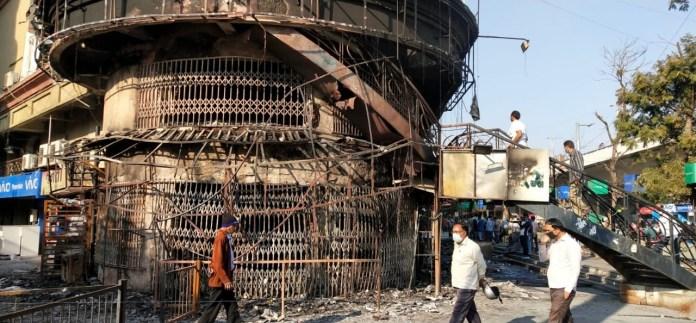 બાપુનગરના શ્યામ શિખર ટાવરમાં આવેલી દુકાનોમાં ભીષણ આગ, સોના-ચાંદી અને મોબાઈલ સહિતની દુકાનો સળગી : કોમ્પ્લેક્ષની આસપાસના મોટા મોટા સાઈન બોર્ડના કારણે આગ વધુ ઝડપથી ફેલાઈ ગઈ હતી