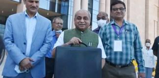 નાયબ મુખ્યમંત્રી અને નાણાંમંત્રી નીતિન પટેલે બજેટ રજૂ કરતા પહેલા મીડિયા સાથેની વાતચીતમાં કહ્યું કે, આજે વિધાનસભામાં 2021-22નું બજેટ રજૂ કરીશ. ગુજરાતની વિકાસયાત્રા, સમૃદ્ધિ વધતી રહે તેવું બજેટ છે.