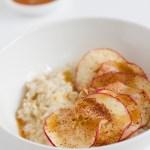 Omena-kaurapuuro suolakaramellikastikkeella