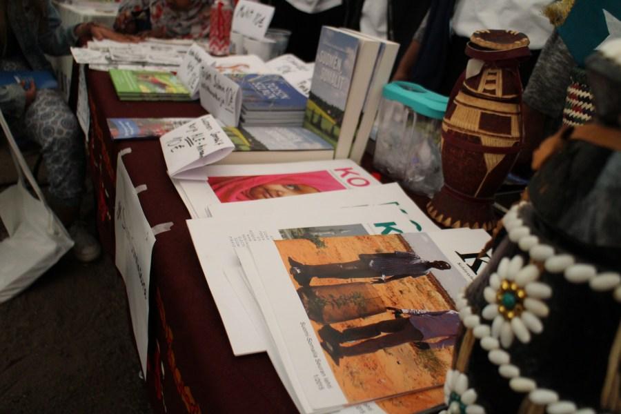 Koor-lehtiä ja esitteitä näytteillä Maailma kylässä-festivaaleilla.