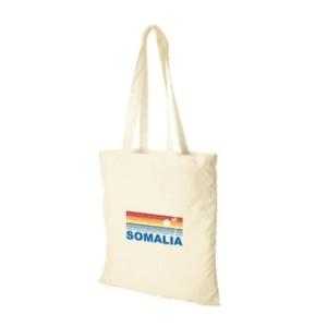 """Valkoinen kangaskassi, jonka edessä sateenkaarenvärinen kuviointi ja teksti """"Somalia""""."""