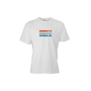"""Lyhythihainen valkoinen t-paita, jonka edessä sateenkaarenvärinen kuviointi ja teksti """"Somalia""""."""