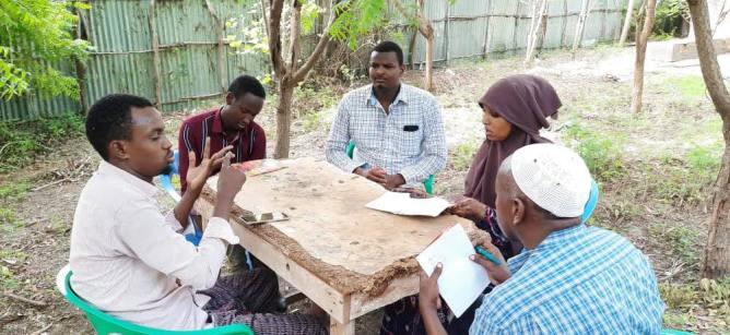 Kuva Somaliasta, sairaanhoitajia sekä kyläkätilöitä koulutuksessa istumassa pöydän ääressä