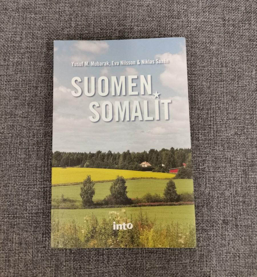 Suomen Somalit -kirjan kansi; Valokuva suomalaisesta maaseudusta
