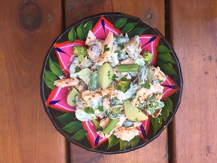 Salade de pommes de terre, saumon et petits légumes verts