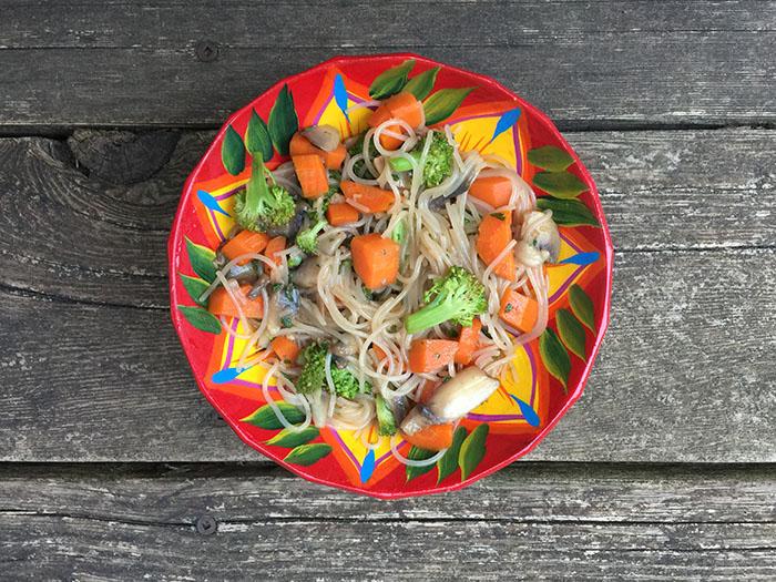 Vermicelles de riz aux carottes, brocolis et champignons