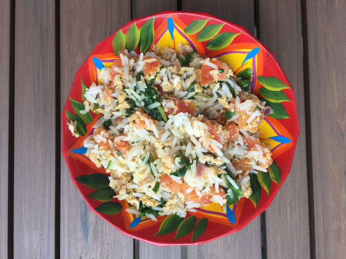Riz au thon à la tomate philippin avec des épinards