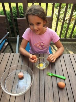 apprendre aux enfants à casser des oeufs