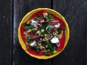 salade santé équilibrée, mâche, maïs, bocconcini et tomates cerises